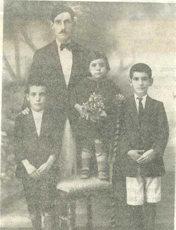 """האחים הנרצחים נורי ואברהם חבשה עם אחותם ויולט עם אביהם יצחק עשר שנים לפני הפרעות -- 1931 (נורי ואברהם חבשה האחים של אמא סעידה עם האבא יצחק חבשה בשנת 1931 - עשר שנים לפני ה""""פרהוד"""" - הפרעות הנאציות בעיראק-בגדד שבה נרצחו שני האחים על ידי המון מוסת שרצח מאות יהודים בחג השבועות 1941 - תש""""א)"""