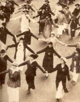 """הפגנה של תנועת הספרג`יסטיות - תנועת נשים בבריטניה ובארה""""ב בתחילת המאה ה-20 שנאבקו למען זכותן של נשים להצביע בבחירות. המהפכה הפמניסטית הראשונה"""