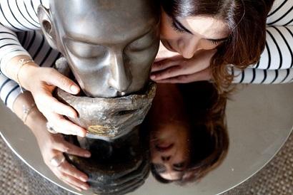 אסתי קסטרו מפסלת. צילום: אביטל דן