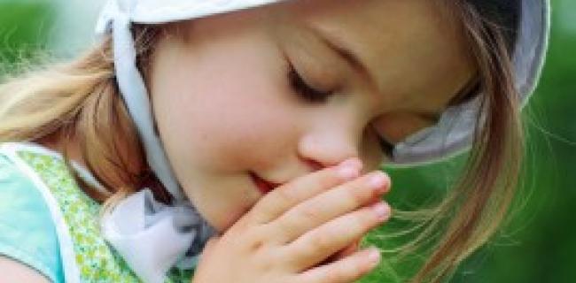 ילדת אמיש מתפללת