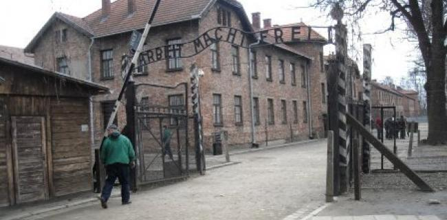 ארבייט מאכט פריי העבודה משחררת בפתח אושוויץ צילם בלפור חקק
