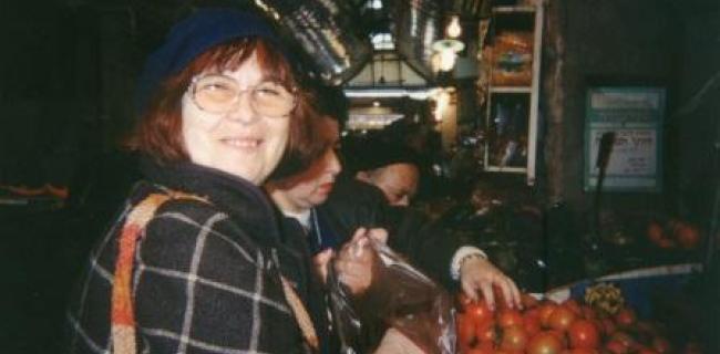 המסאית עזה צבי בשוק מחנה יהודה, דצמבר 1994. צילום: בלפור חקק