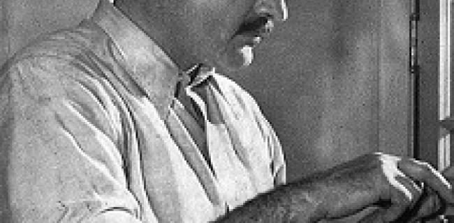 """המינגוויי ב-1939, בתמונה שצולמה עבור המהדורה הראשונה של ספרו """"למי צלצלו הפעמונים"""""""