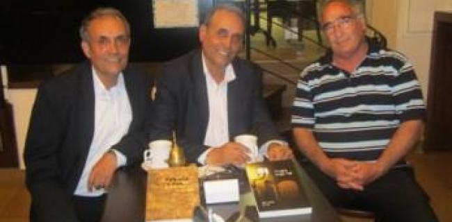 הרצל ובלפור חקק ורן ברנר, נציג חברת הפקה לשבוע הספר והקריאה