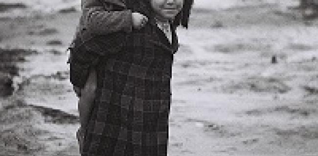 ילדה נושאת את אחיה במחנה עולים בבית ליד, 1950