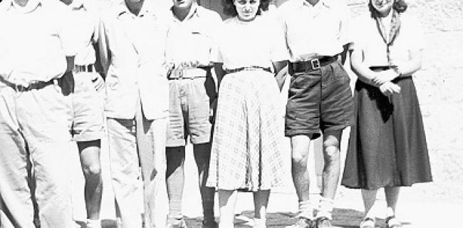 ישעיהו ליבוביץ עם תלמידיו בתיכון בית הכרם (כיום התיכון ליד האוניברסיטה), מתוך: ויקיפדיה