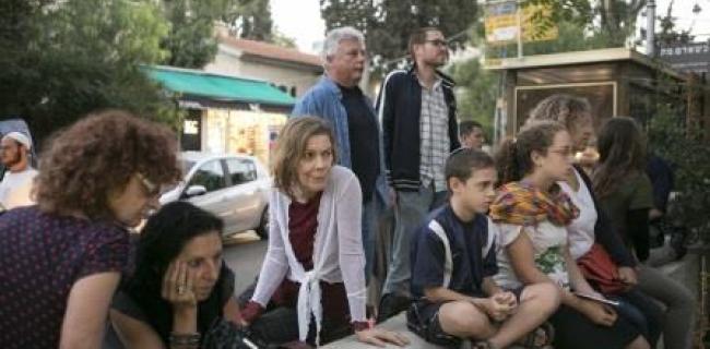 מקשיבים לשירה ברחוב, צילום: מיכל פתאל