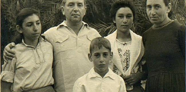 נעמי שמר בגיל 17 עם משפחתה