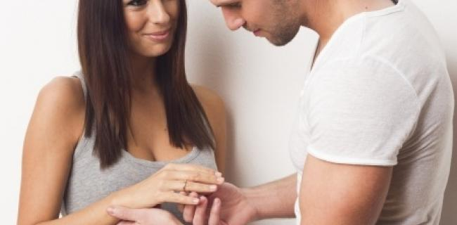 הפסיכולוגיה שמאחורי תרבות הצעת הנישואין