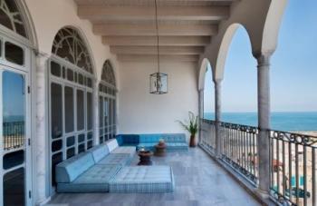 מרפסת המלון האפנדי הצופה לים ולעיר העתיקה -עם פינת ישיבה