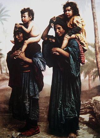 אמהות בדואיות עם ילדיהן על הכתפיים. תמונת צבע מסוף המאה ה-19 של הצלם הצרפתי, בונפי