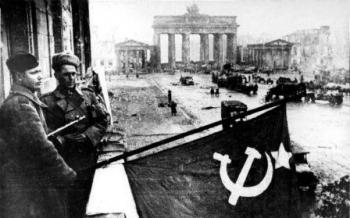 דגל ברית המועצות מונף בברלין - מאי 1945