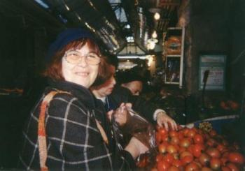 המסאית עזה צבי בשוק מחנה יהודה, דצמבר 1994.