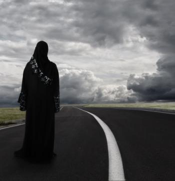 אישה מוסלמית מסתכלת לאופק