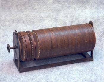 גליל ג'פרסון, מראה מכונת הצפנה פרימיטיבית המיישמת צופן החלפה רב-אלפביתי. הומצאה על ידי תומאס ג'פרסון בסוף המאה ה-18