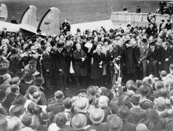 צ'מברליין בחזרתו ממינכן ב-30 בספטמבר 1938 אוחז את פיסת הנייר שבה התחייבות של בריטניה וגרמניה שלא לצאת למלחמה זו כנגד רעותה