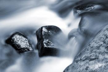 אבן בין מים למים, שכם בין כתפיים