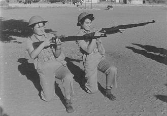 """טירוניות עם רובים צ'כיים, בה""""ד 12 (צריפין), אוקטובר 1954"""