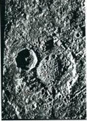 """צילום של נאס""""א מפני הירח קליסטו עם תצורה דמויית מונוליט."""