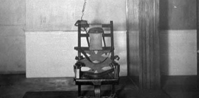 הכיסא החשמלי הראשון, שנעשה בו שימוש בהוצאה להורג של ויליאם קמלר ב-1890. המורשע מתיישב על הכיסא ואז נקשר בידיו וברגליו לכיסא.