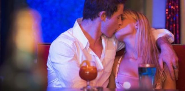 איך להתנשק נשיקה צרפתית