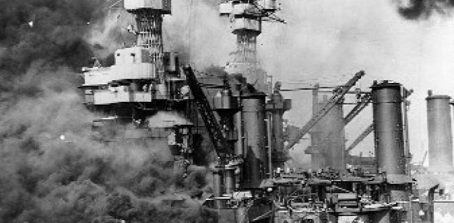 """חיפוש ניצולים ליד ספינת """"יו.אס.אס ווסט וירג'יניה"""" בזמן ההתקפה."""