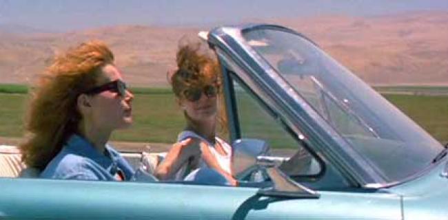 """לא בכדי, התסריטאית קאלי קורי שיצרה את הסרט הפמיניסטי """"תלמה ולואיז"""" באמריקה הממונעת והמודרנית בשנת 1991, הפקידה בידי גיבורות הסרט רכב כסמל מרכזי המבטא את יציאתה של עקרת הבית המשועממת מביתה החוצה לחירות."""
