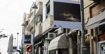 עבודות על פרספקס והן מוצבות על עמודי תאורה בירושלים,