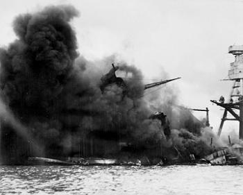 אניית צבא ארצות הברית אריזונה בוערת בפרל הארבור. המתקפה על פרל הארבור סימנה את תחילת המערכה באסיה ובאוקיינוס השקט