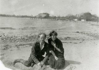 דורותי דיי ופורסטר באטרהאם על חוף הים בסטאטן איילנד 1925