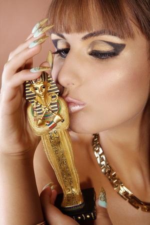 קליאופטרה השתמשה בשפתון אדום שנוצר מחומרי האדמה, בעוד שנשים אחרות השתמשו בחמר מעורב עם מים על מנת לצבוע את שפתיהן. השימוש הבולט ביותר של המצרים באיפור היה השימוש בכחל
