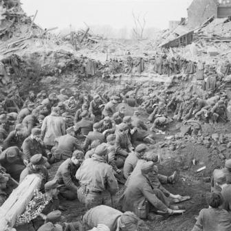 האמנם יכל הווהרמאכט לפלוש לבריטניה? חיילי ורכמאט גרמנים נכנעים בסוף המלחמה 1945