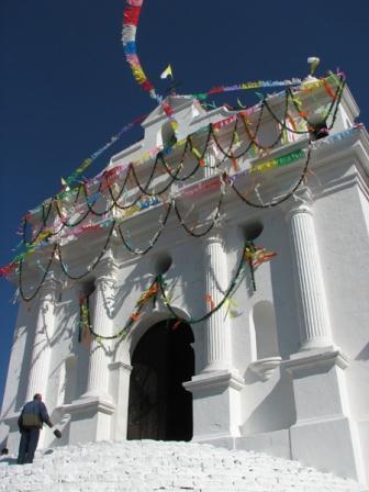 צ'יצ'יקסטננגו - השוק בנוי סביב כנסיה המכונה 'סנטו תמאס' שבה נמצא מזבח נוצרי, אך כל המסדרון המוביל אליו מכוסה בבמות פולחן קטנות המוקדשות לישויות המאיה. על גבי גרם המדרגות המטפס אל הכנסייה ניתן לראות במהלך רב שעות היום, מבינות לענני הקטורת, שמאנים העוסקים בפולחנם