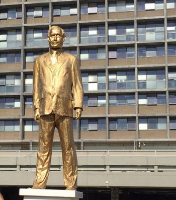 שמועות  עיתונאים מדווחים שגוף בטחוני עלום ולא מוכר לציבור החל לבדוק מסמכים שנגרסו במשרד ראש הממשלה לכאורה Gold_statue