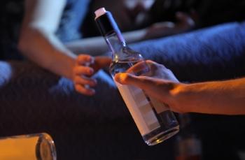 ילדים מעבירים בקבוק אלכוהול