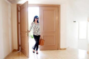 סנדרה בדלת כניסה