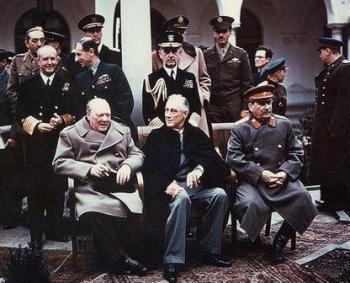 """""""השלישייה הגדולה"""", מנהיגי בעלות הברית, בועידת יאלטה, פברואר 1945. מימין לשמאל: יוסיף סטלין, ברית המועצות; פרנקלין דלאנו רוזוולט, ארצות הברית; ווינסטון צ'רצ'יל, בריטניה"""